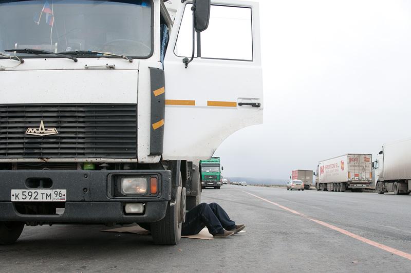 driver_repairs_under_truck