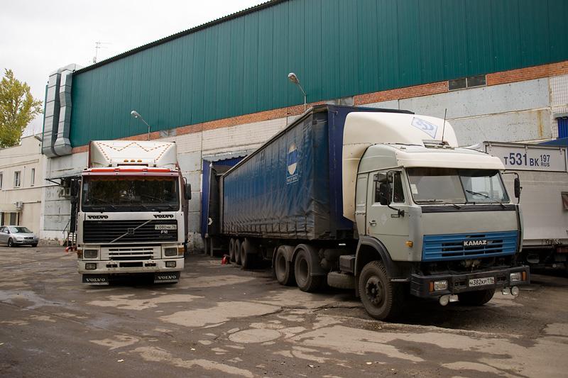 trucks_loading